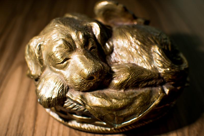 URNA CÃO ANJINHO CESTA Com designer amável e carinhoso a Urna Cão Anjinho Cesta esta disponível nas cores Prata e Dourado envelhecido. Ótima lembrança do seu Pet.