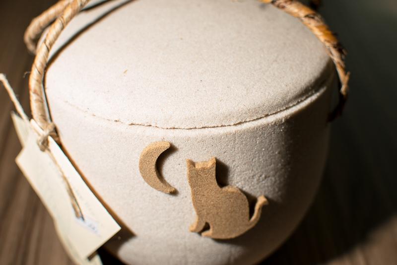 URNA HIDROSOLUVEL GATO Esta é outra opção de urna ecológica hidrossolúvel para gatos, composta por materiais biodegradáveis que não poluem o meio ambiente. Pode ser imersa em água corrente ou utilizada como vaso para plantio de uma flor ou arvore junto às cinzas.