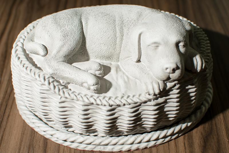 URNA CÃO CESTA Esta urna transmite toda a serenidade e paz que existe no coração dos nossos mascotes. Delicada na cor branca é uma excelente forma de visualizar todo amor e paz que seu Pet lhe deu.